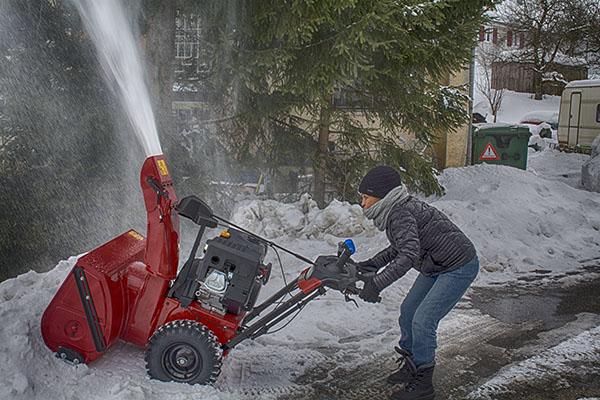 Foto Rhoda beim Schneeräumen